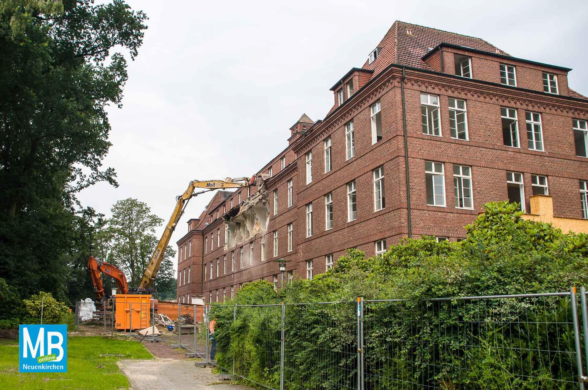 Jetzt gibt es kein zurück mehr. Der Abriss des Missionshauses hat am Freitagmorgen vor Schulbeginn begonnen. | Foto: Klausing
