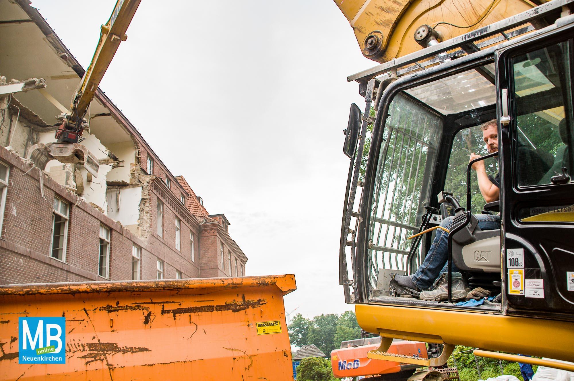 Maschinenführer Marco Stritzl hat von seinem Sitzplatz alles im Blick. Mit Gefühl lenkt er den tonnenschweren Abrissbagger dahin, wo er ihn hinhaben will. | Foto: Klausing