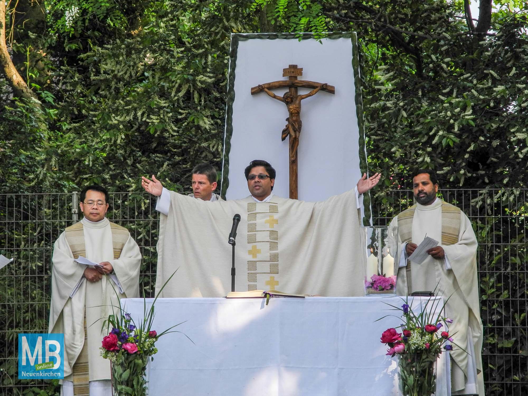Eucharistiefeier in den Anlagen des Betreuungszentrums