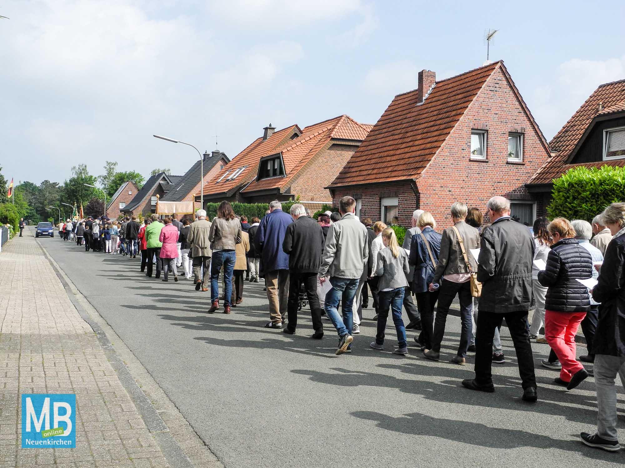 Die Prozession zieht unter großer Beteiligung durch die Straßen
