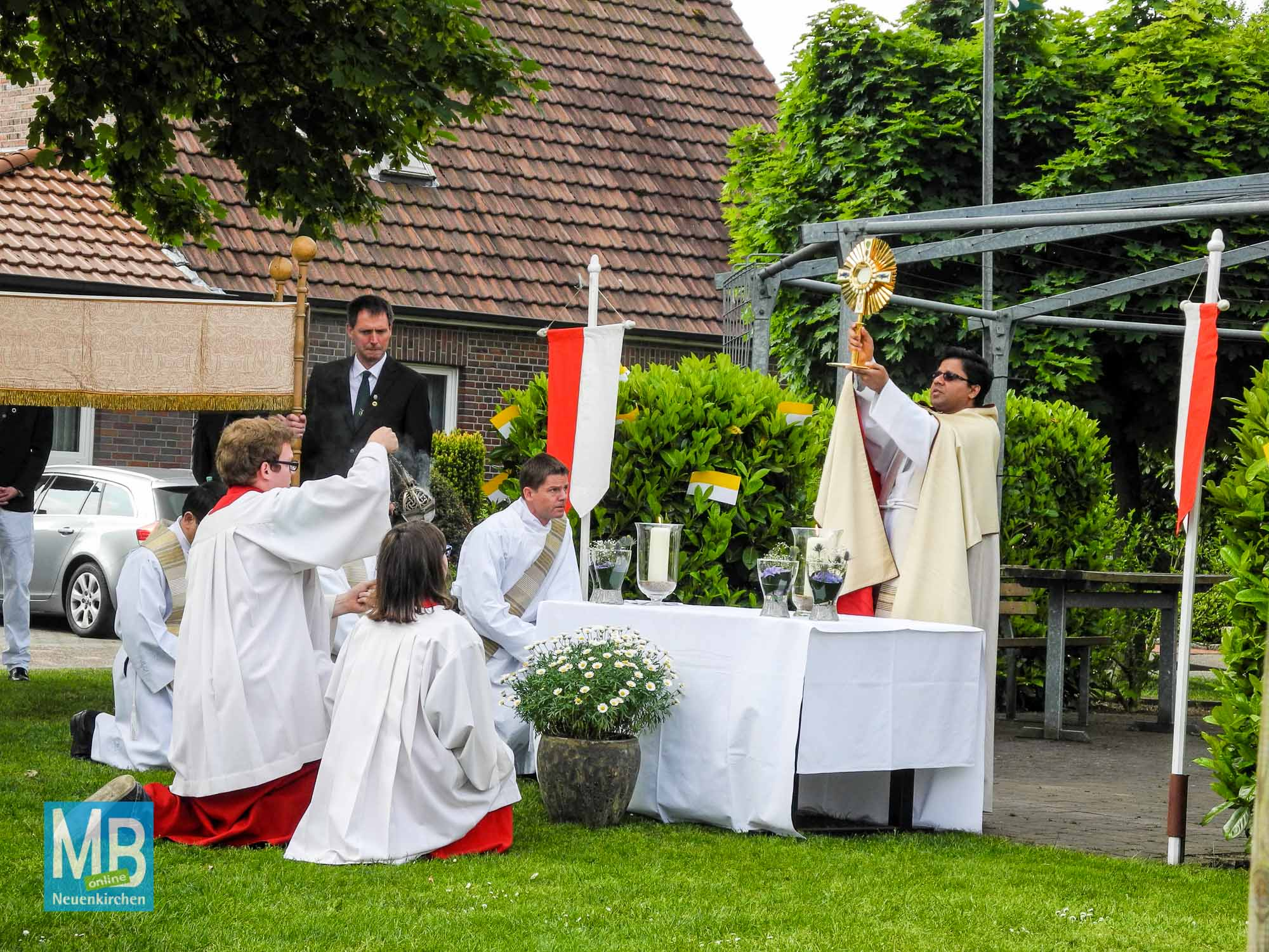 Pfarrer Cherayath erteilt mit der Monstranz den Segen.
