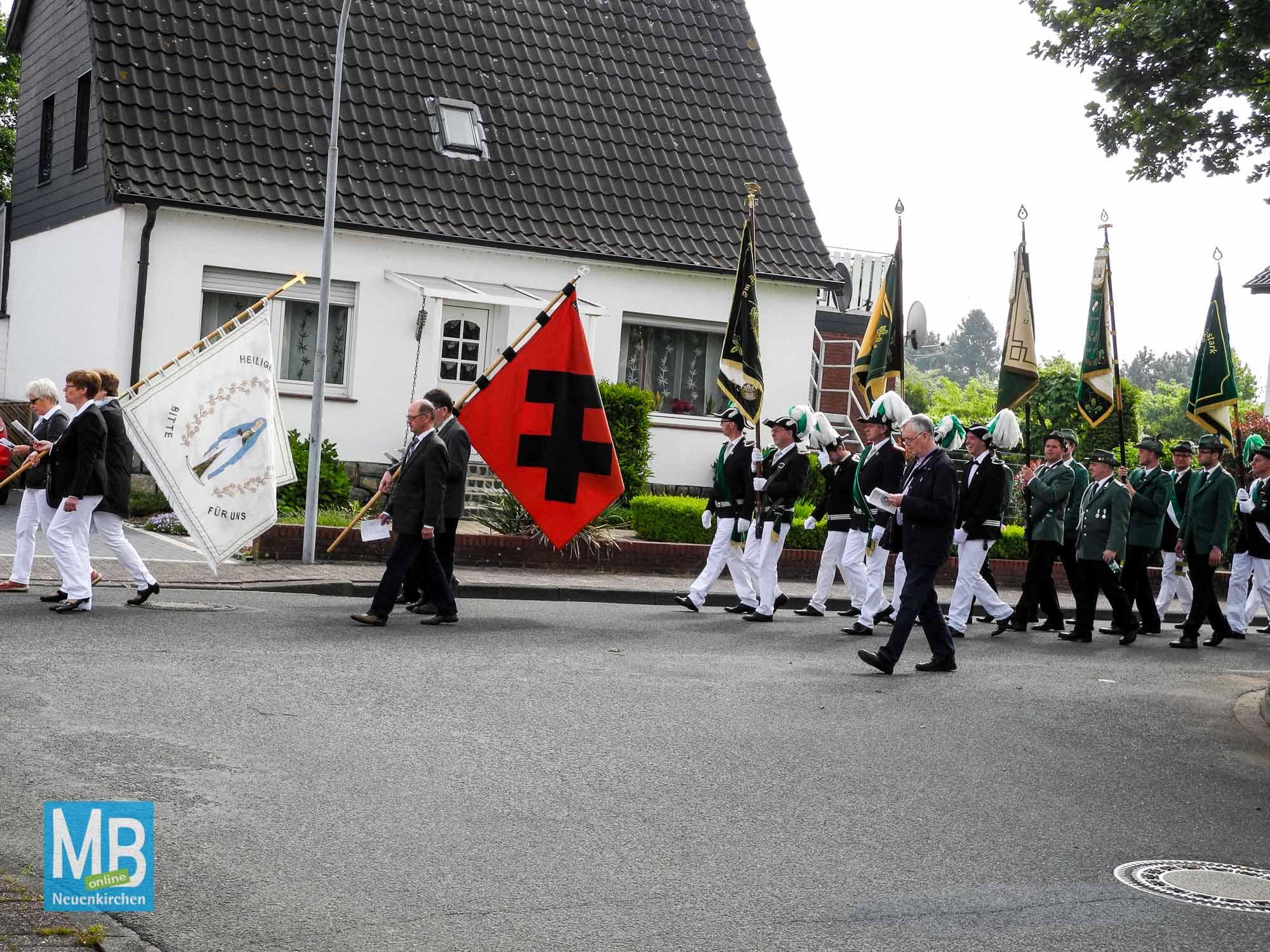 Die Bannerabordnungen ziehen in der Prozession mit.