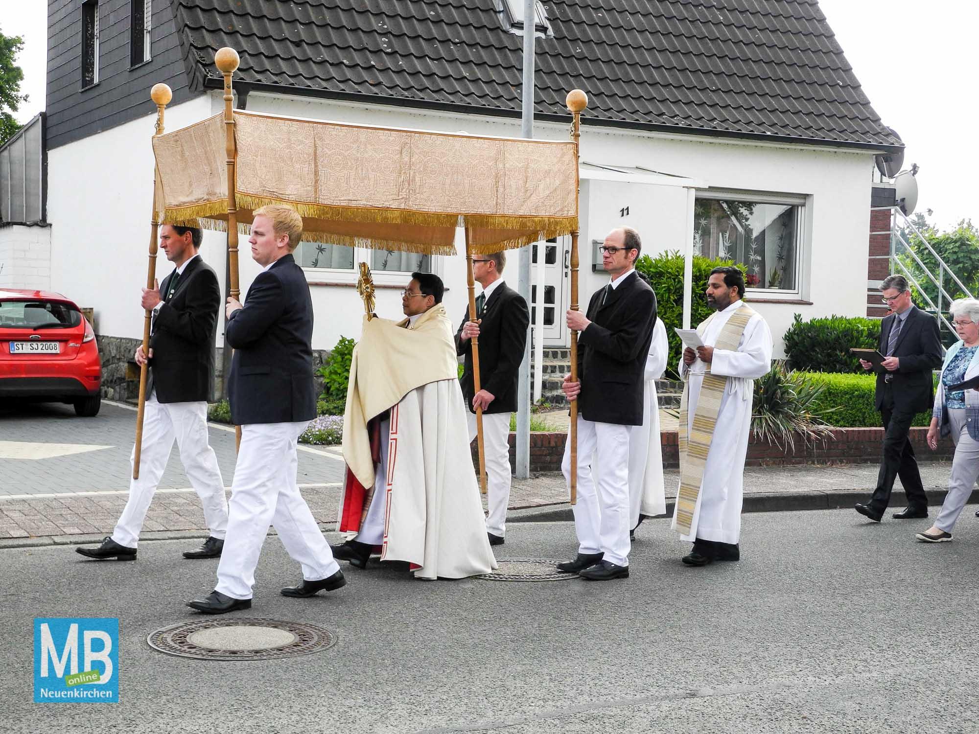 Pater Hanh trägt unter dem Baldachin die Monstranz mit dem Allerheiligsten.