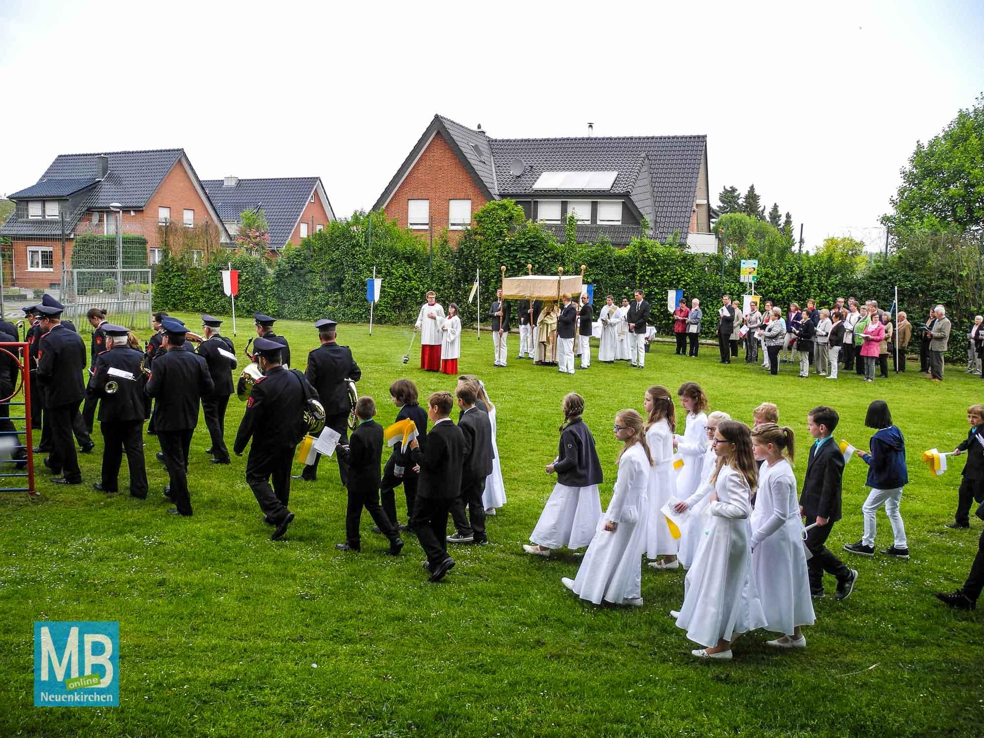 Geordnet zieht die Prozession weiter zum dritten Segensaltar. Pater Antony trägt nun die Monstranz unter dem Baldachin.