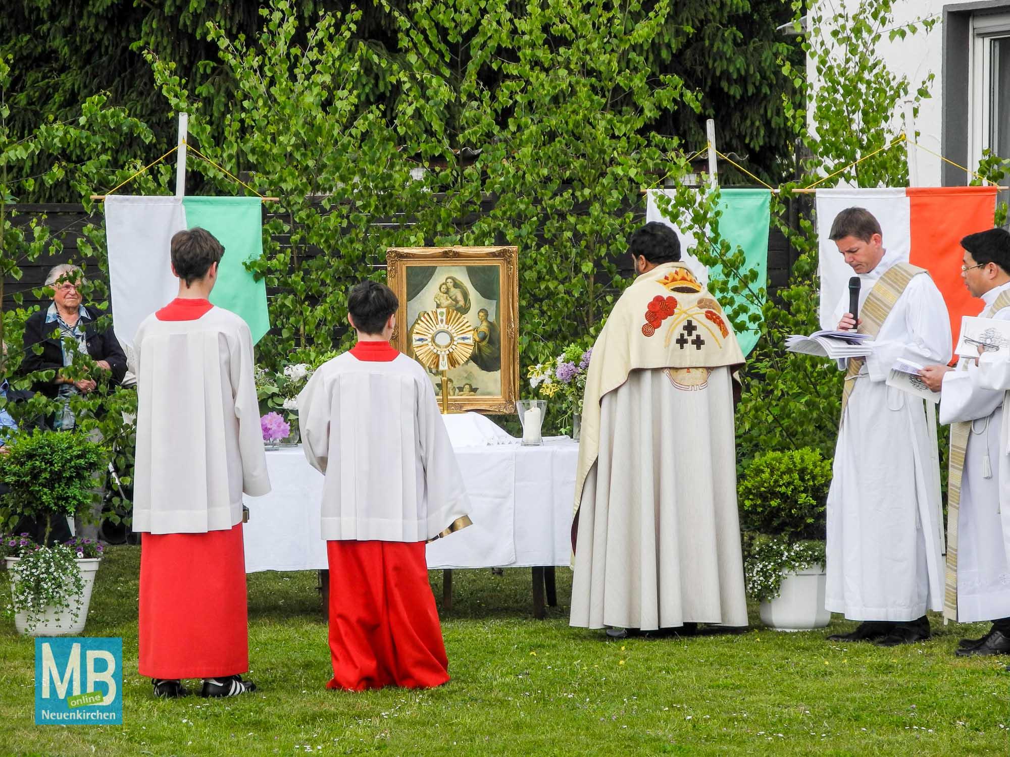 Die Prozession ist am dritten Altar an der Rilkestraße/Schillerstraße angekommen.