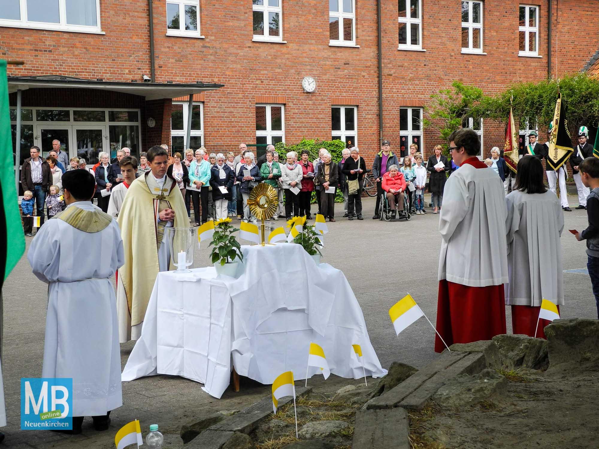 Auf dem Schulplatz der Josefschule ist der vierte Segensaltar aufgebaut.