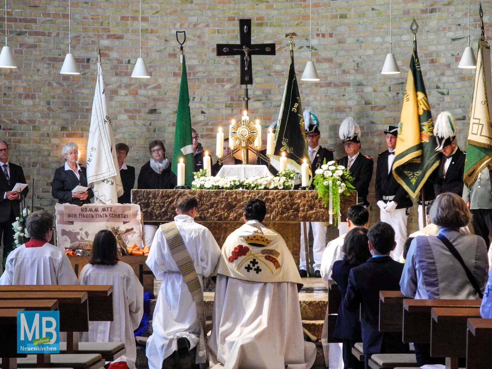 In der St. Josef Kirche wird nach dem Tantum ergo vom Chor vorgetragen der sakramentale Schlusssegen von Pfarrer Cherayath erteilt.