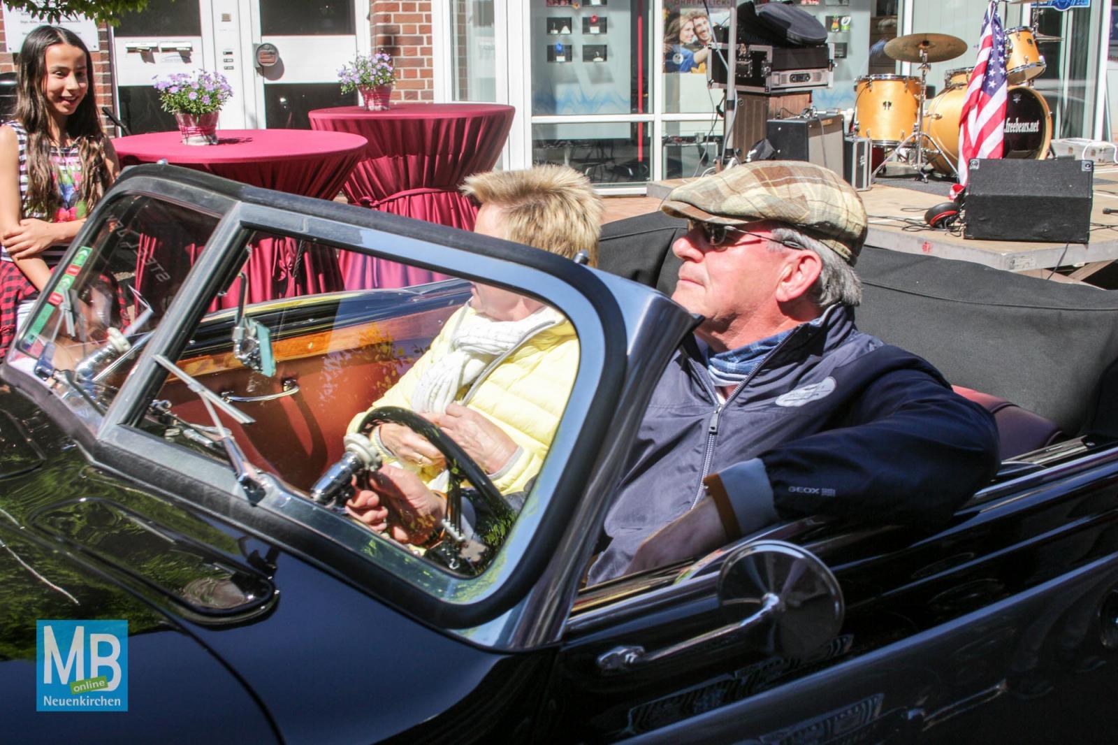 Zahlreiche Oldtimerfreunde haben sich am Sonntag in der guten Stube getroffen.