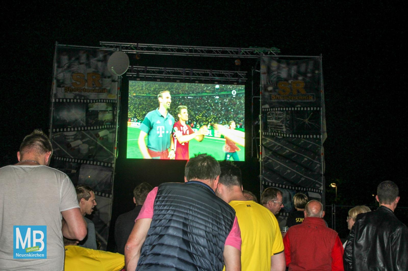 Nur etwa 150 Fußballfans verfolgten das Endspiel zwischen Borussia Dortmund und dem FC Bayern München auf dem Heyeröder Platz. | Foto: Witthake