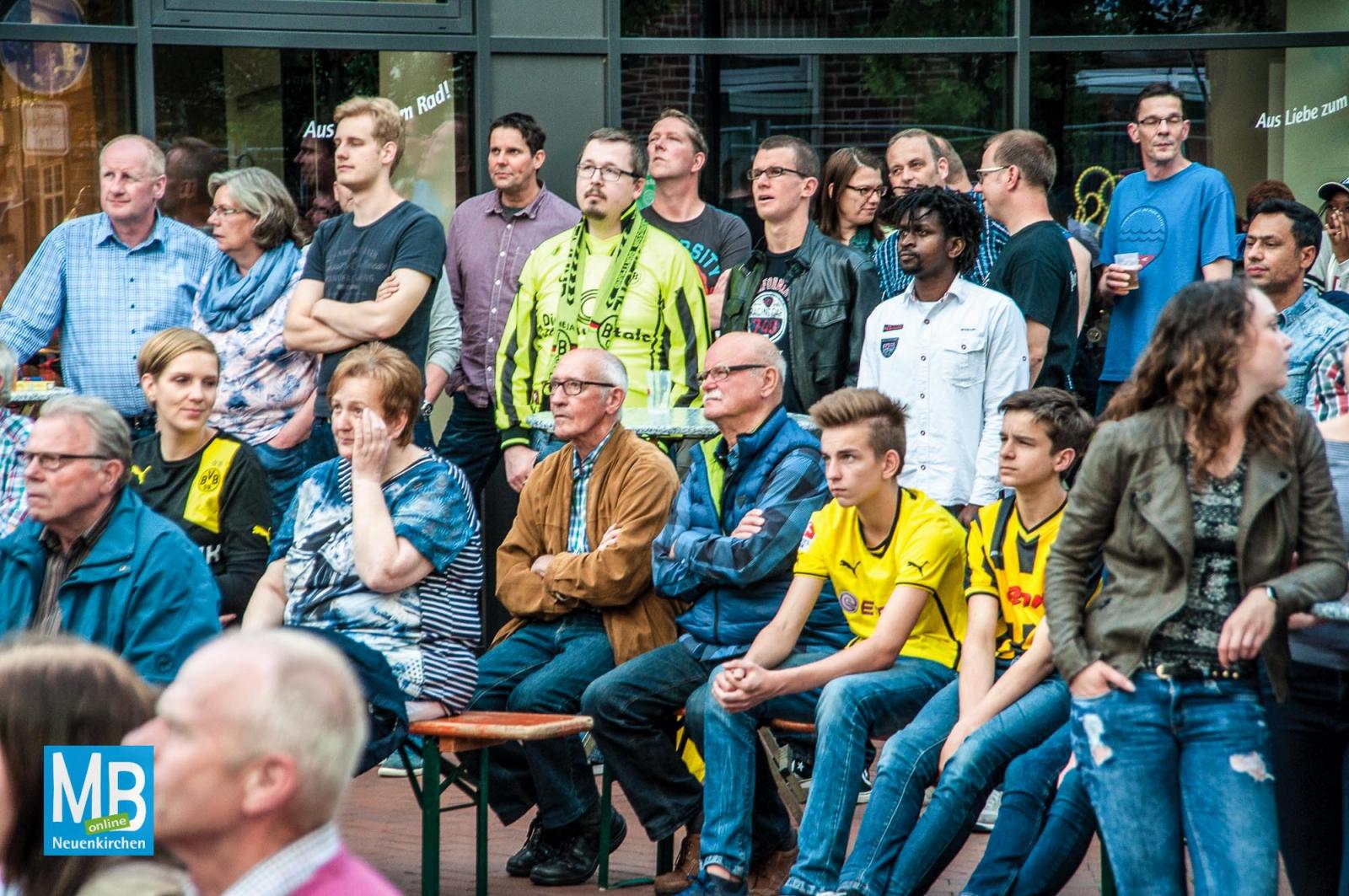 Nur etwa 150 Fußballfans verfolgten das Endspiel zwischen Borussia Dortmund und dem FC Bayern München auf dem Heyeröder Platz. | Foto: Stefan Klausing