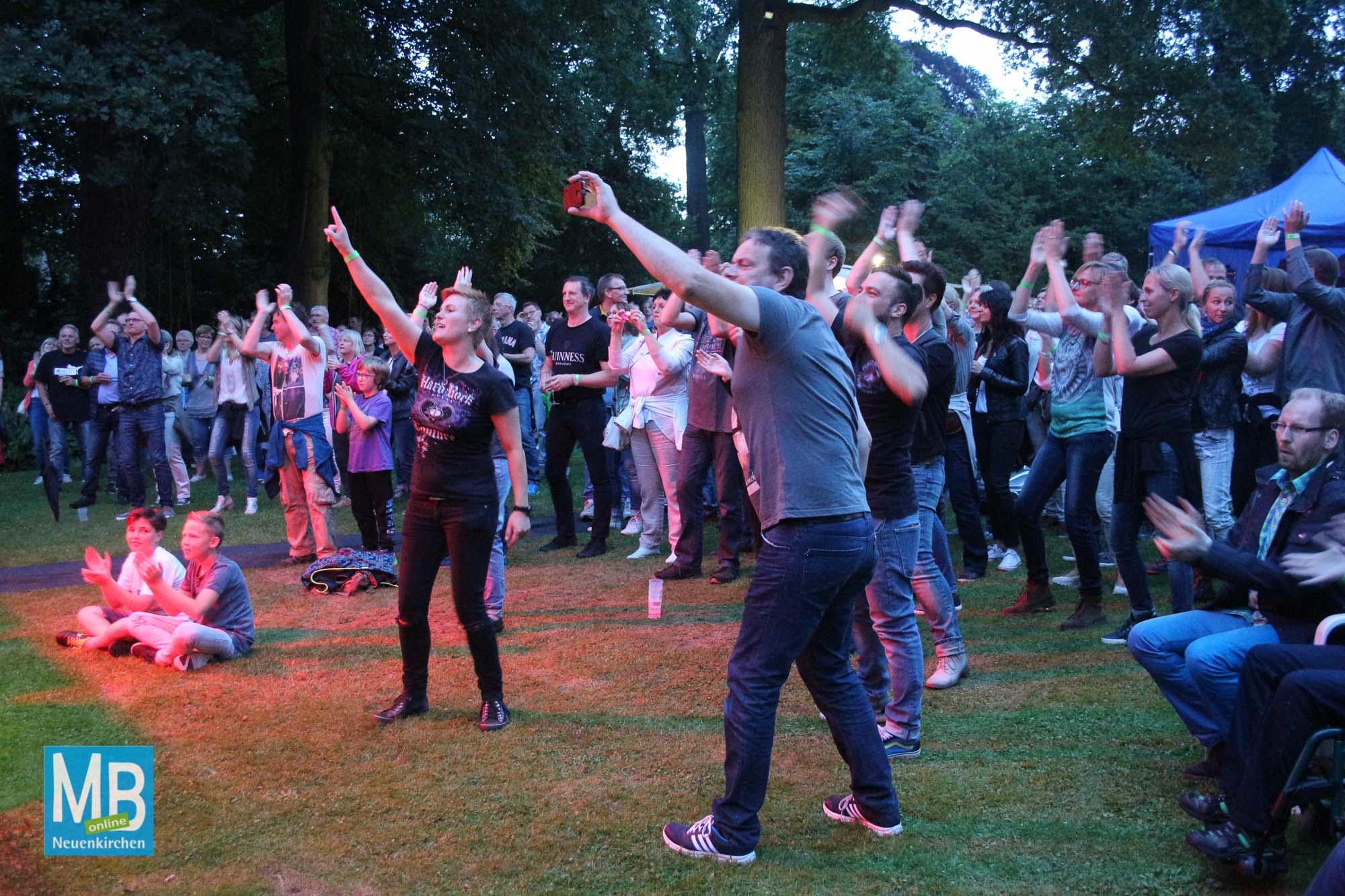 Gute Stimmung beim Open-Air-Konzert im Park der Vill Hecking.