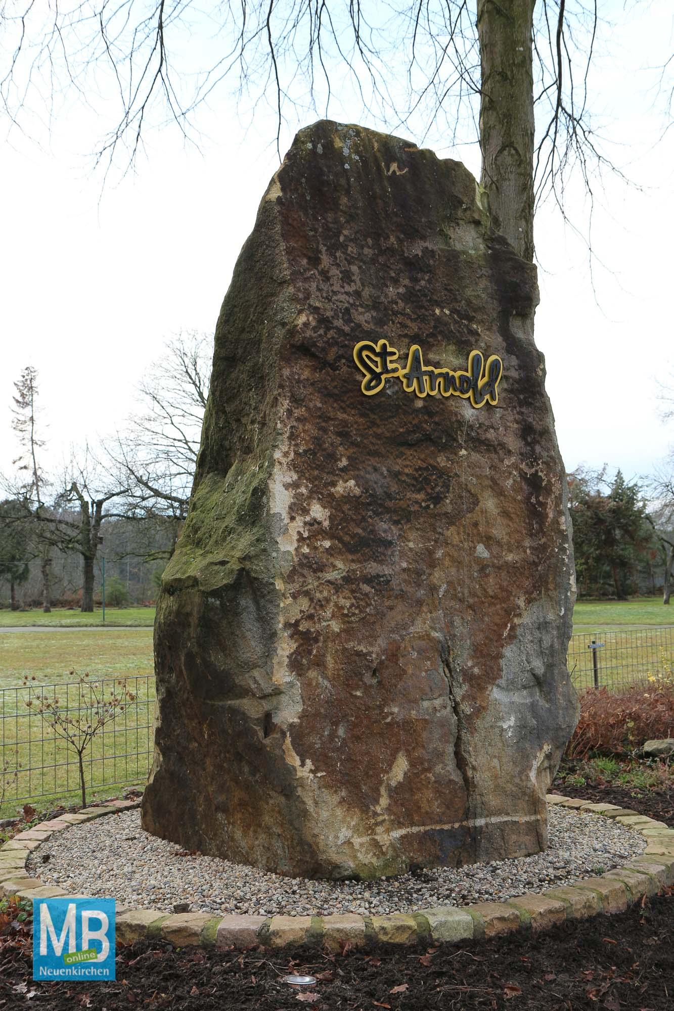 Der Sandstein mit dem Schriftzug thront unweit der Lore. | Foto: Heuermann