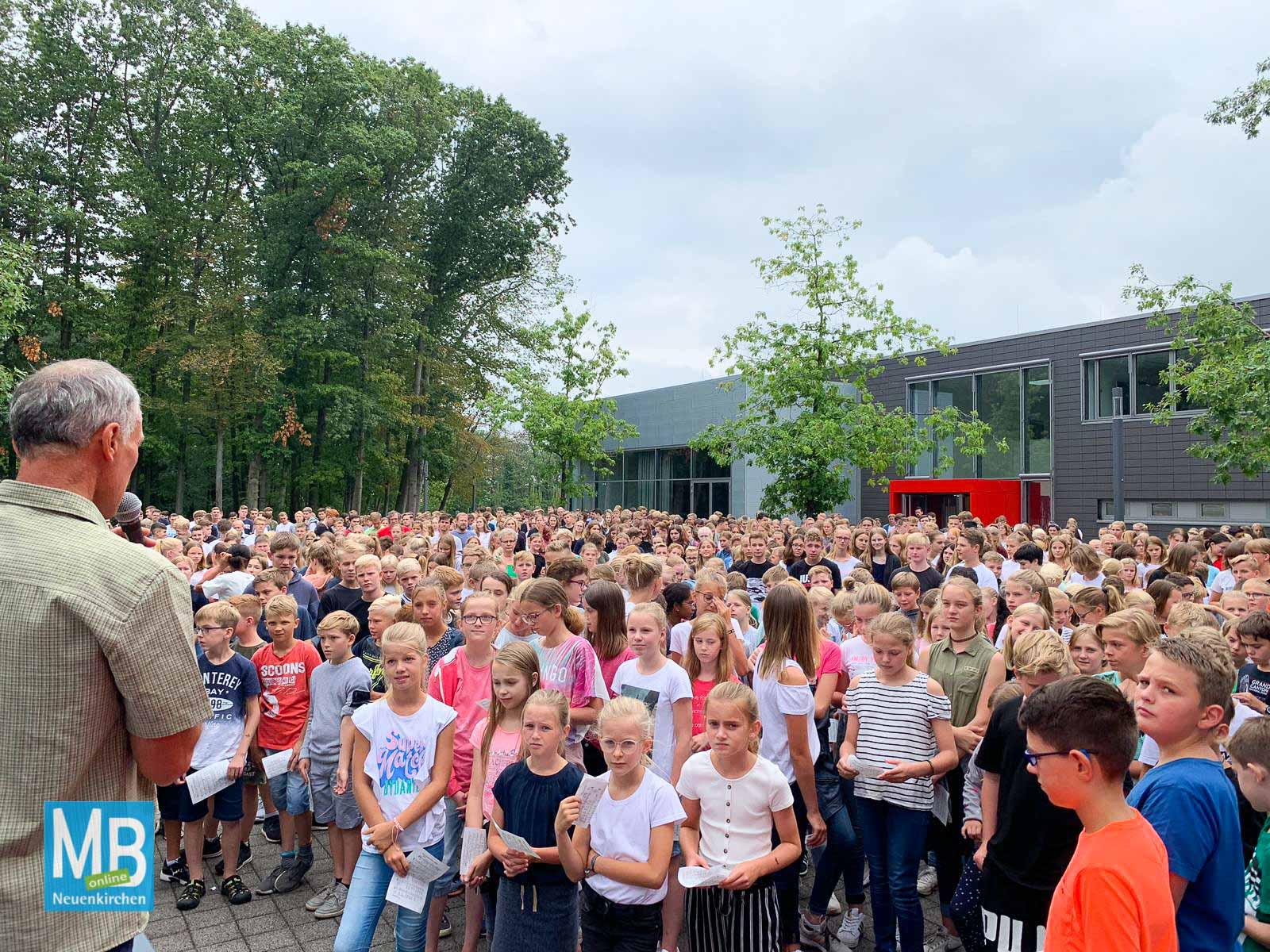 Schulgemeindegottesdienst auf dem Schulhof des AJG. | Foto: AJG/Lohmann