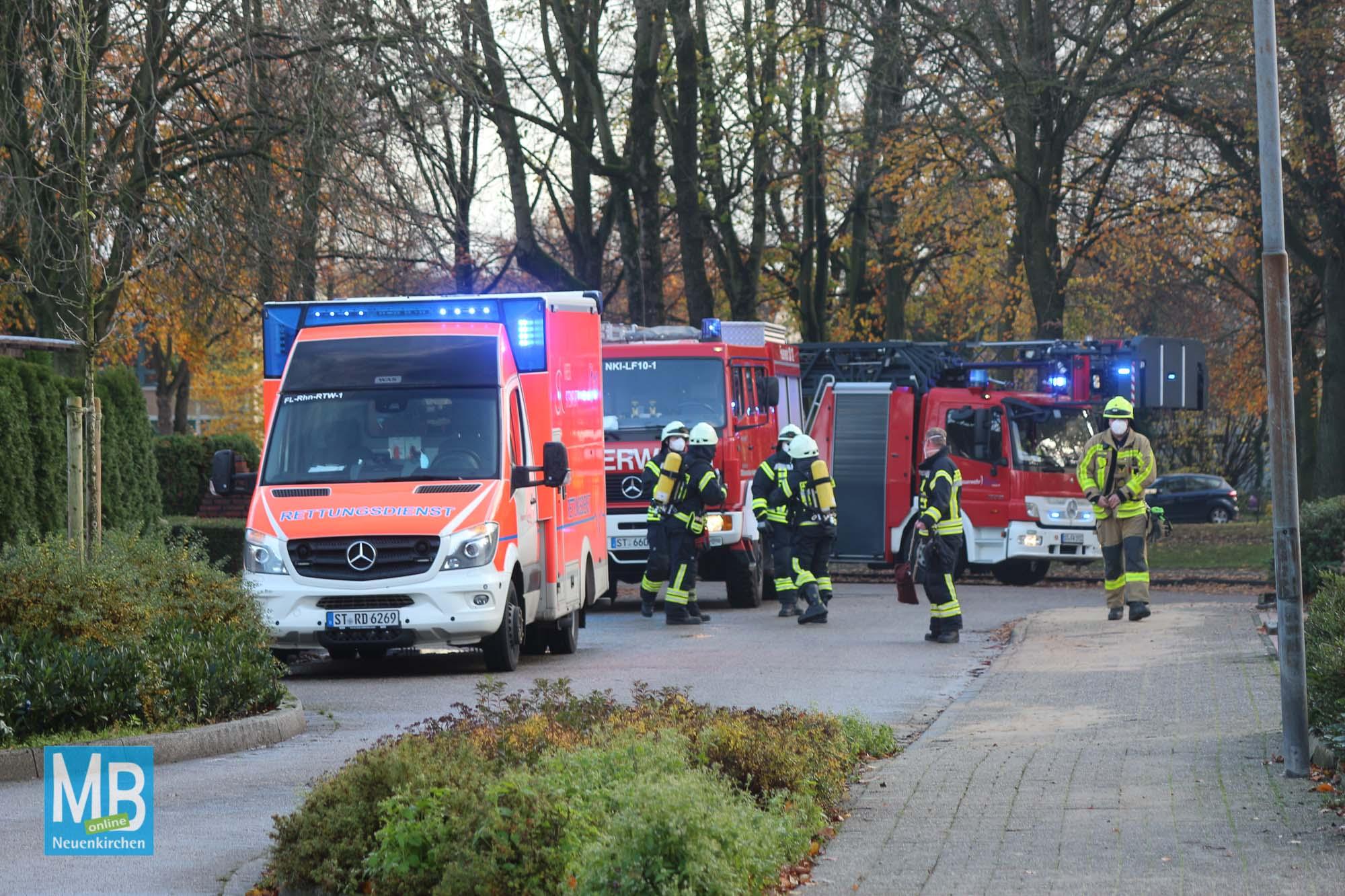 Feuerwehreinsatz am Freitagnachmittag bei einem Mehrfamilienhaus am Dörper Berg. | Foto: Heuermann