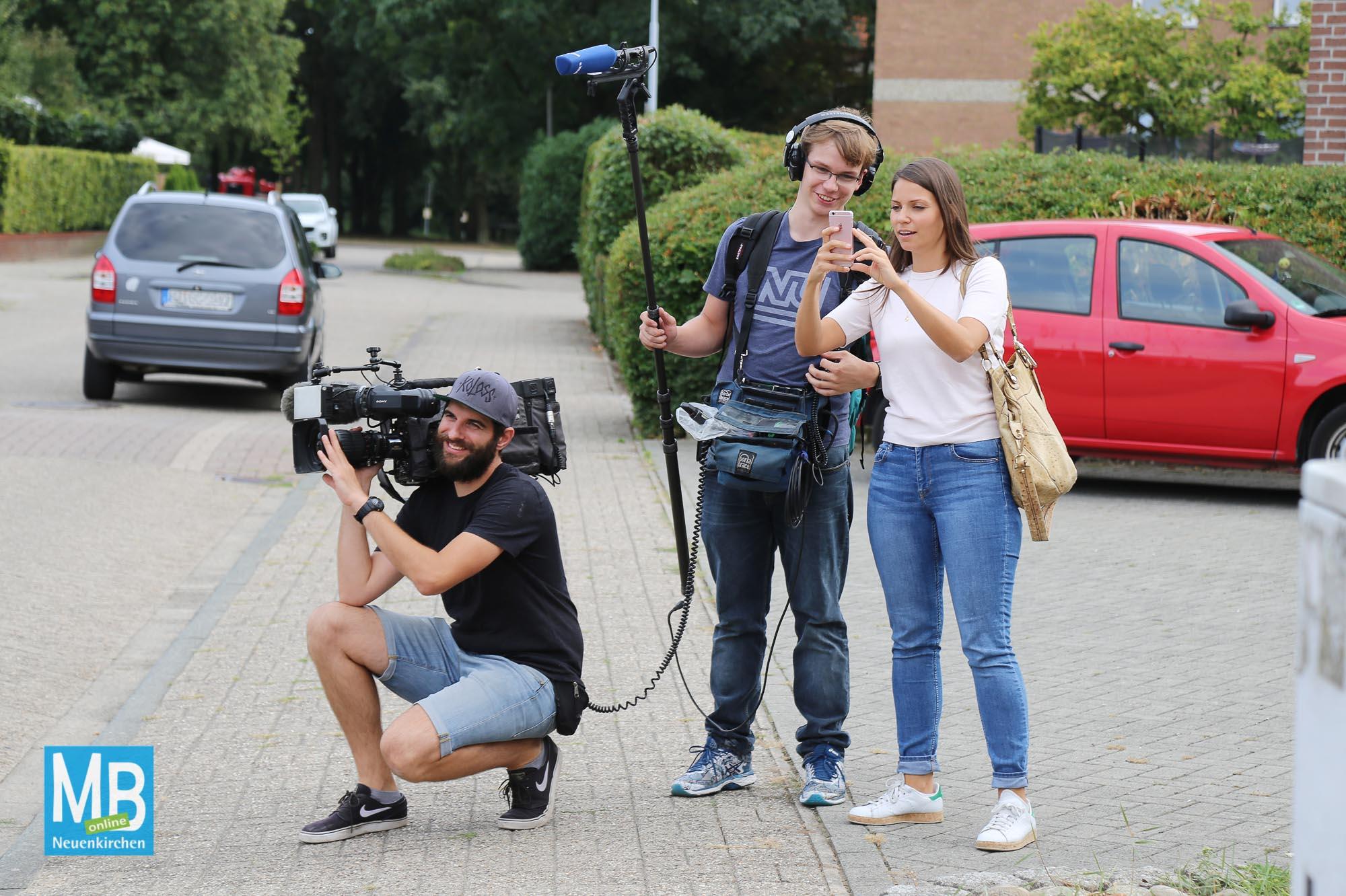 Ein WDR-Fernsehteam begleitete einen Tag lang die Straßengemeinschaft Friedenstraße beim Kroamstuten-Wegbringen.