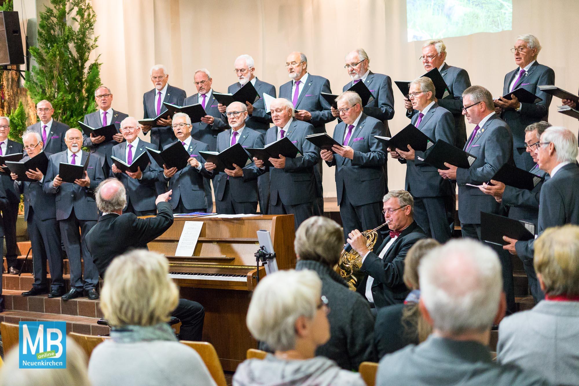 Männergesangsverein begeisterte Publikum beim diesjährigen Herbstkonzert in der ENS-Aula.   Foto: Koers