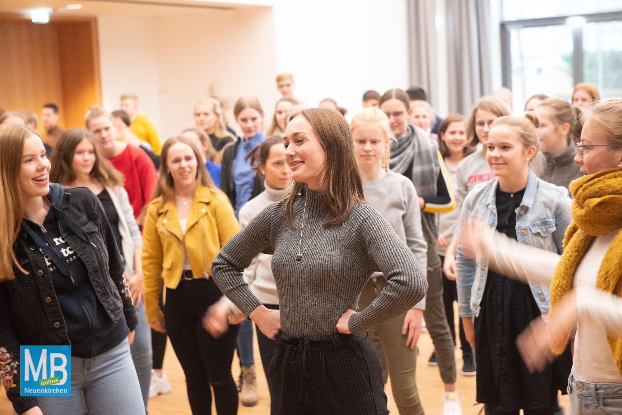 Über 100 Schülerinnen und Schülern hatten sich am Mittwoch in der Aula der Schule zu einem ersten Workshop versammelt. | Foto: AJG/Lohmann