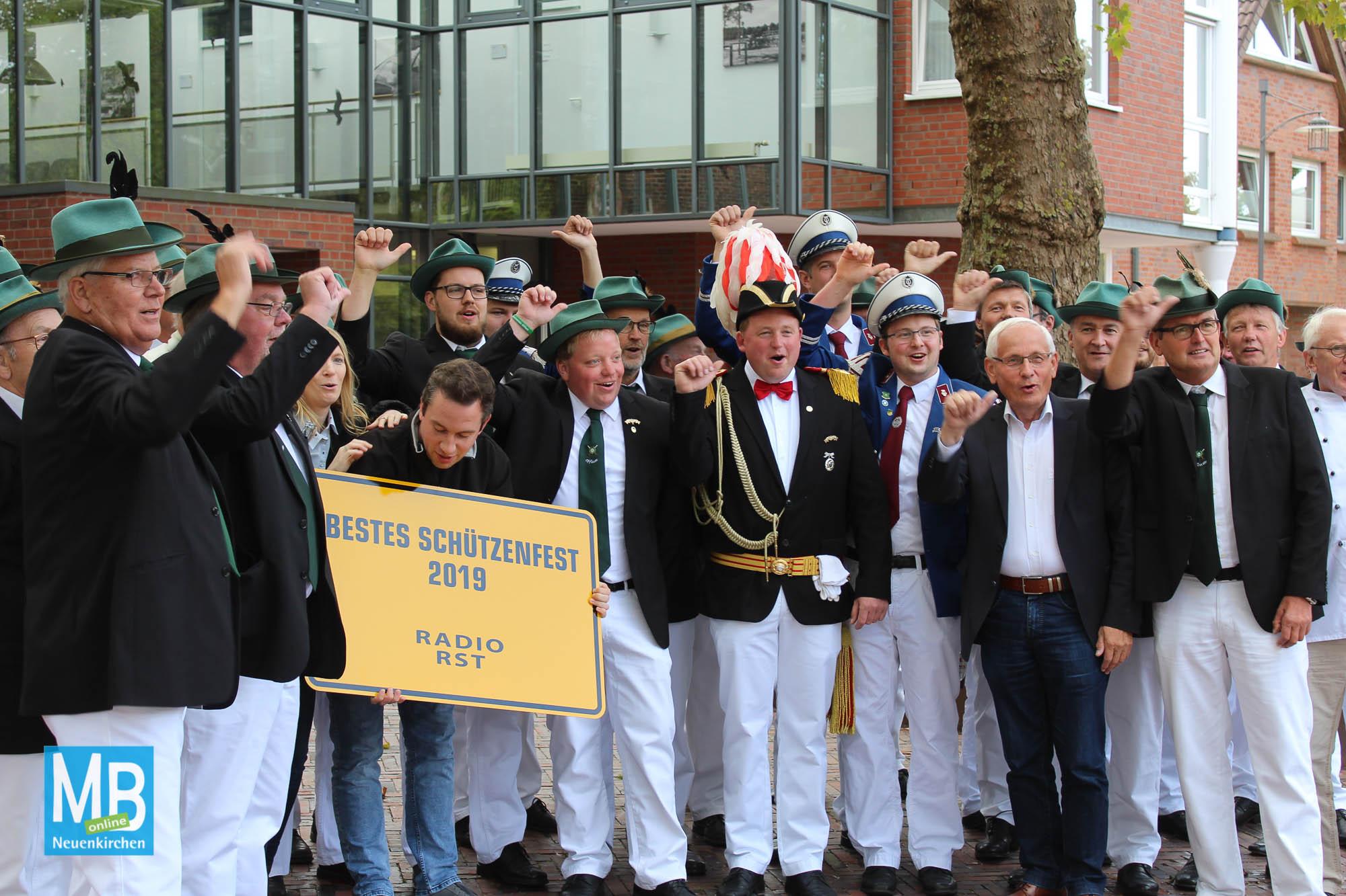Offlumer Schützenverein erhält Preis für bestes Schützenfest. | Foto: Lea Helene Kaumanns