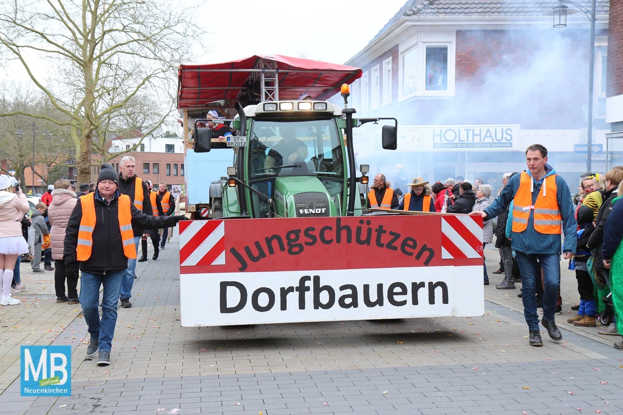 Närrischer Lindwurm zieht durch die Fußgängerzone. | Fotos: Kösters/Heuermann
