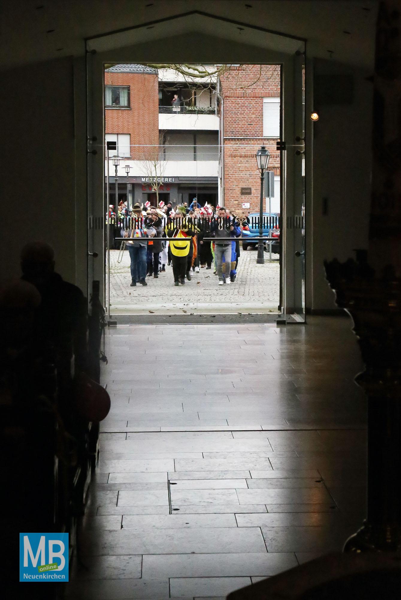 Stürmisch ging es zu am Sonntag beim Sturm auf's Rathaus. | Foto: Kösters