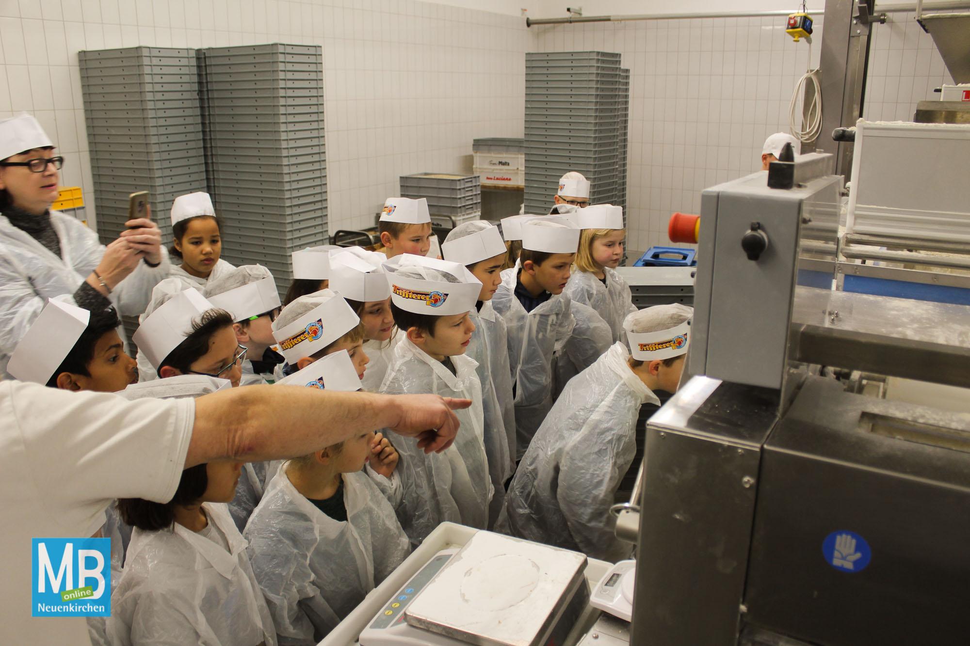 Lernende der Ludgerischule besichtigen die Backstube der Bäckerei Trifterer. | Foto: Kaumanns