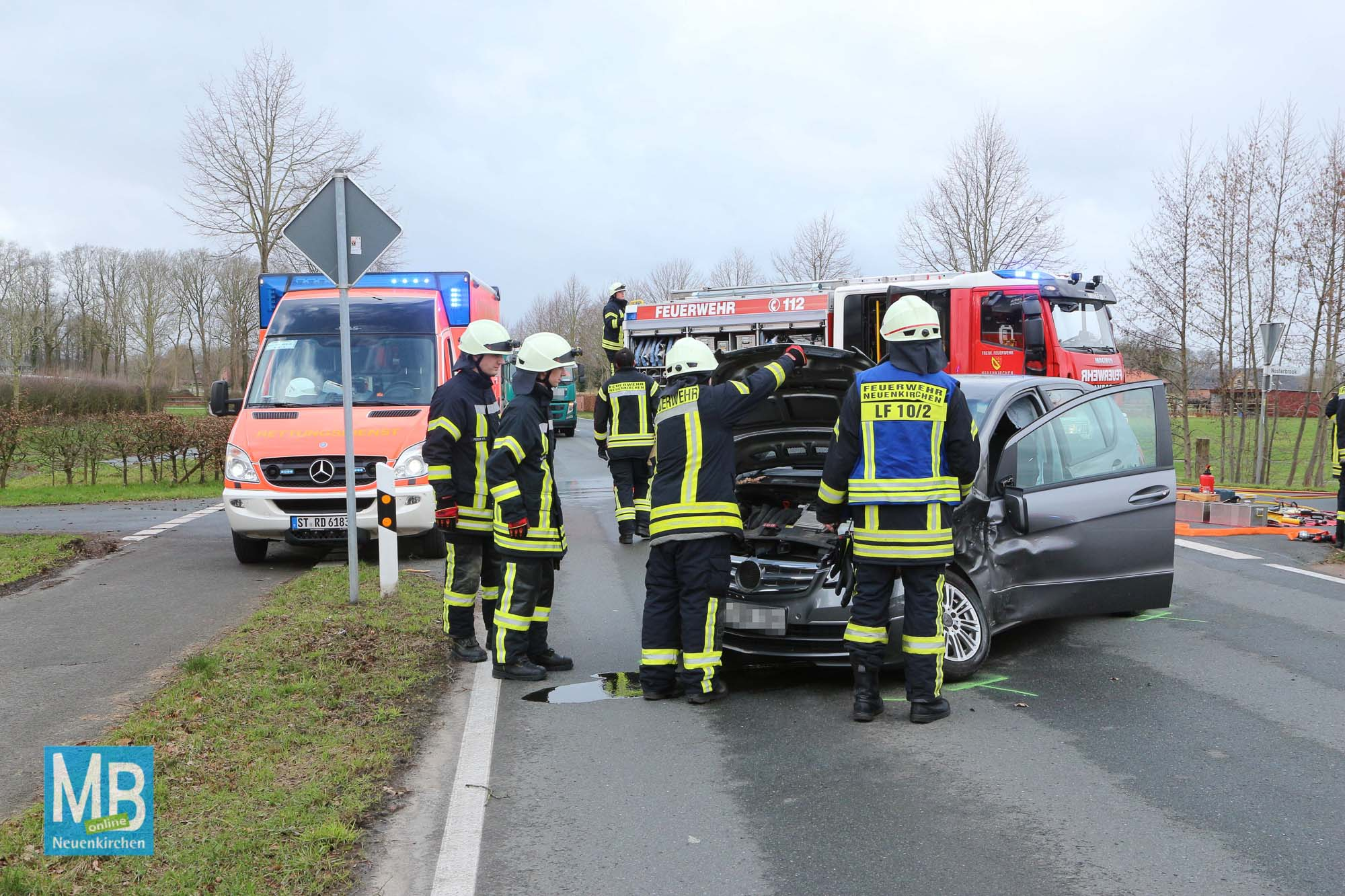 Schwerer Verkehrsunfall am Dienstagnachmittag auf der Mesumer Straße, kurz vor der Auffahrt zur B70. | Foto: Heuermann