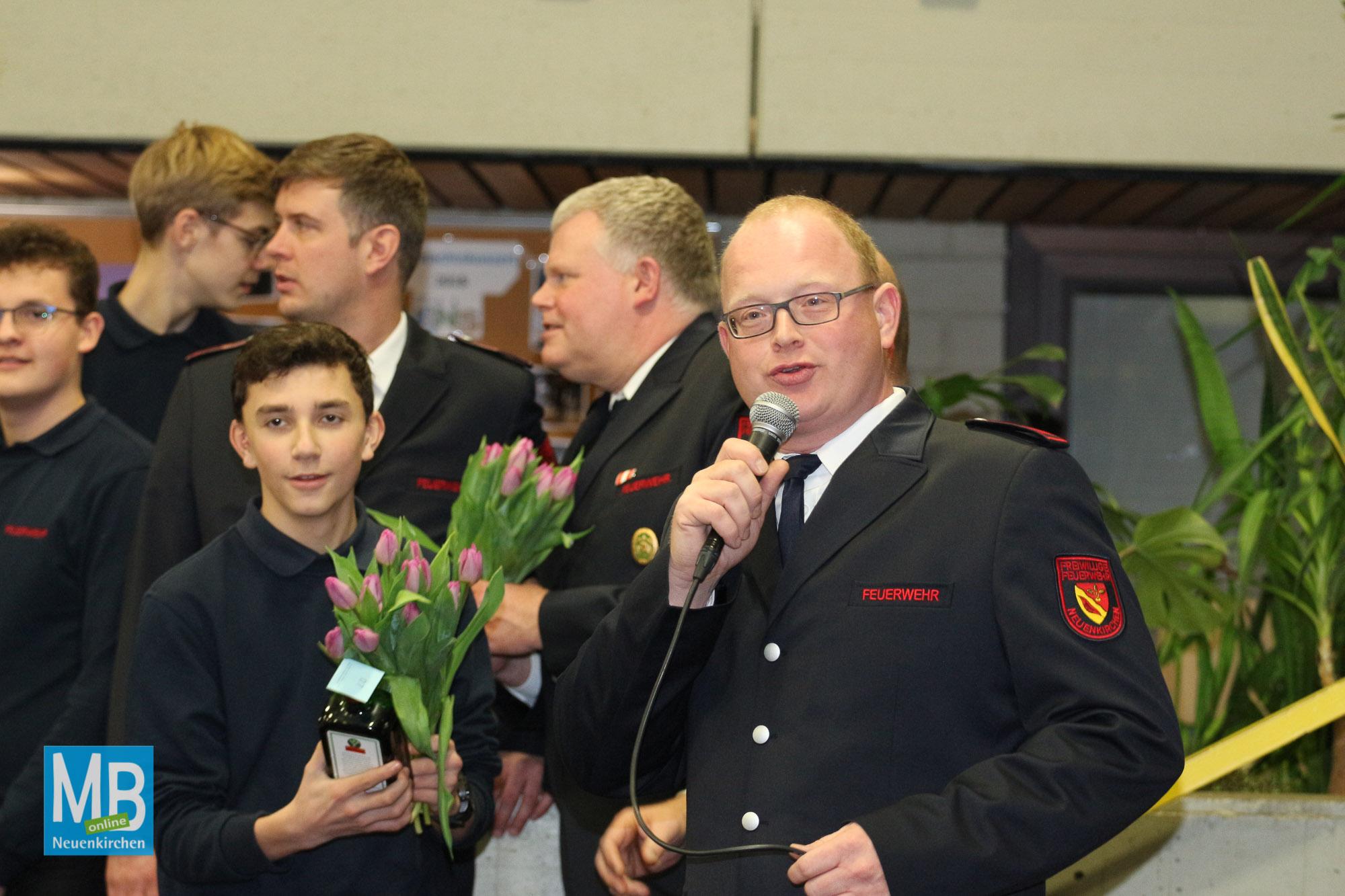 Das diesjährige Winterfest der Feuerwehr lockte viele Gäste in die Aula der Emmy-Noether-Schule. | Foto:  Heuermann