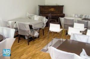 Noch sind Tische und Stühle gut verpackt. Das soll sich aber bald ändern. Anfang Juni ist die Eröffnung geplant. | Foto: Stefan Klausing