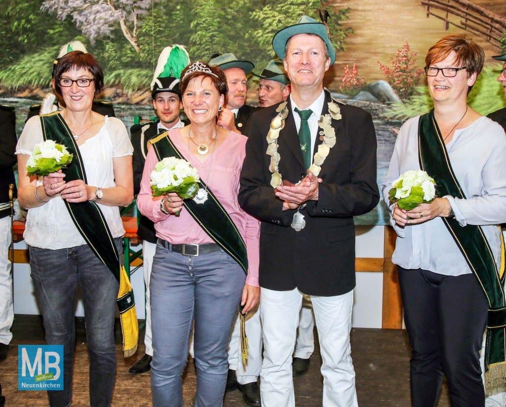 Das neue Königspaar KArl-Heinz Roß mit Frau Marita und den Ehrendamen Christel Lammers und Jutta Hüwe. | Foto: Stefan Heuermann