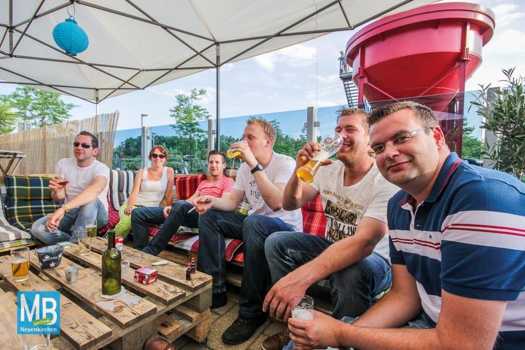 Die Fußball-EM kann man in gemütlicher Runde auch im Beach Club am Offlumer See verfolgen. Foto: Heuermann