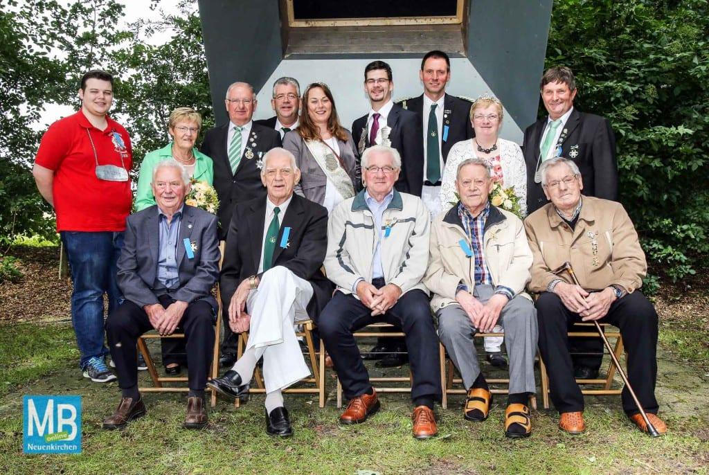 Majestäten und Geehrte (Hinten stehend, v. l.): Florian Schräer (Bierkönig), Elfriede und Robert Becker (Goldkönigspaar), Hermann Wehmschulte (Vorsitzender), Miriam Fruhner und Michael Wehmschulte (aktuelles Königspaar), Egon Brünen (2. Vorsitzender), Monika und Franz Fislage (Silberkönigspaar). Vorne sitzend die langjährigen Mitglieder (v. l.): Wilhelm Jäger (60 Jahre), Gerhard Werning (65 J.), Ewald Hölscher und Arnold Huger (60 J.), Alfons Puls (65 J.).