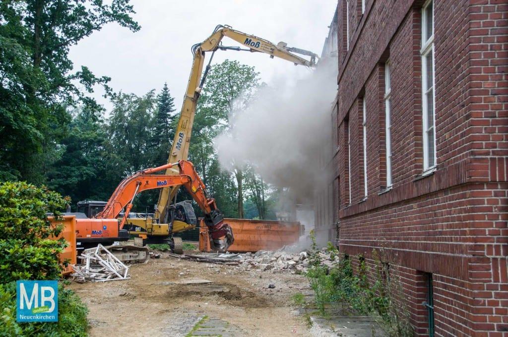 Jetzt gibt es kein zurück mehr. Der Abriss des Missionshauses hat am Freitagmorgen vor Schulbeginn begonnen.