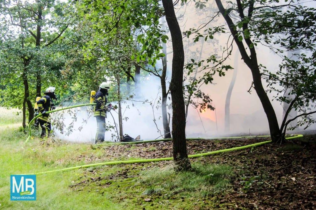 Strohballen brennen im Waldgebiet