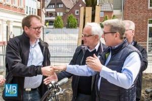 Landrat Dr. Klaus Effing und Bürgermeister Franz Möllering gratulieren Jürgen Coße zum Bundestagsmandat.