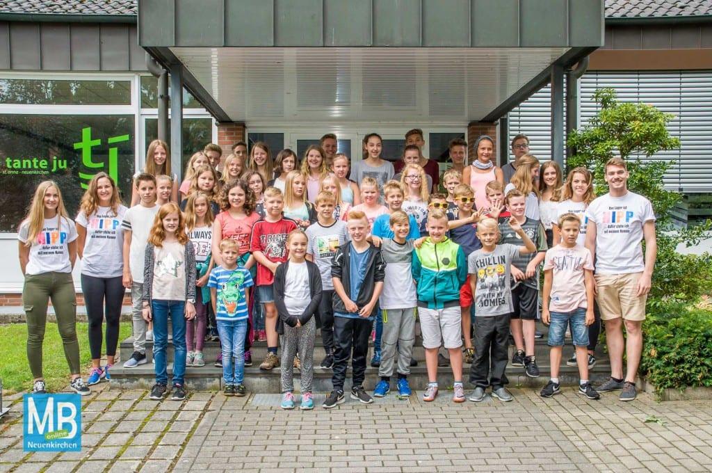Freuen sich auf zwei Wochen im Sauerland: die Kinder und Gruppenleiter vom Ferienlager bei der Abfahrt.   Foto: Stefan Klausing