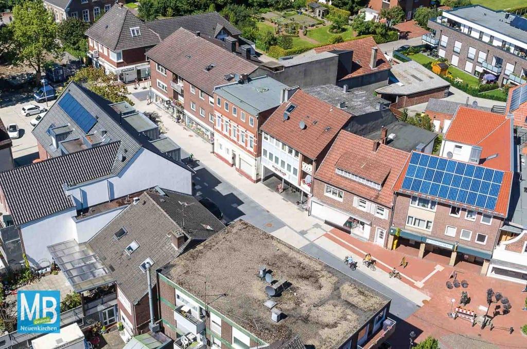 Aus der Luft betrachtet kann man das neue Pflaster der Hauptstraße gut erkennen.   Foto: Stefan Klausing