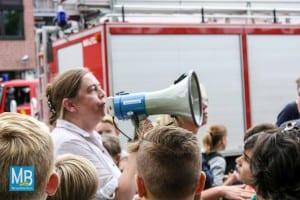 Schulleiterin Ulrike Eckrodt-Schmeing informiert die SChüler mit dem Megaphon. | Foto: Wunderlich
