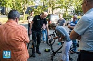 Markus Heemann erklärt den Lehrern, wie man die Fahrräder richtig einstellt und kleine Reparaturen im Gelände erledigt. | Foto: Stefan Klausing