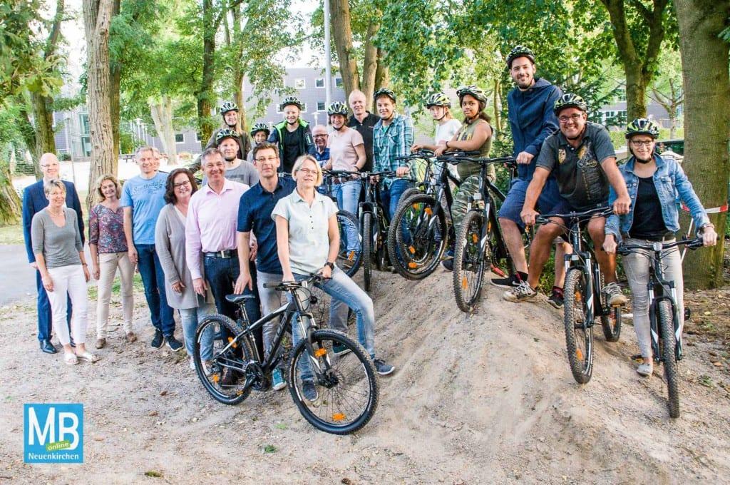 Fördervereinsvorstand, Schulleitung und die Fachschaft Sport nahmen die Räder in Augenschein. | Foto: Stefan Klausing