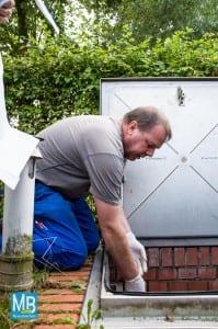 Wolfgang Löbbers von der Kläranlage erklärt die Pumpstation. | Foto: Klausing