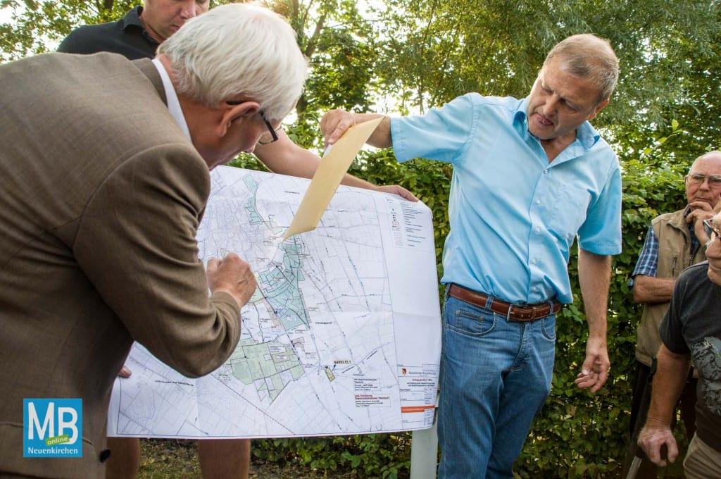 Bürgermeister Franz Möllering (l.) Und Karl Wening vom Bauamt werfen mit den Anwohner einen Blick in die Karte. | Foto: Klausing