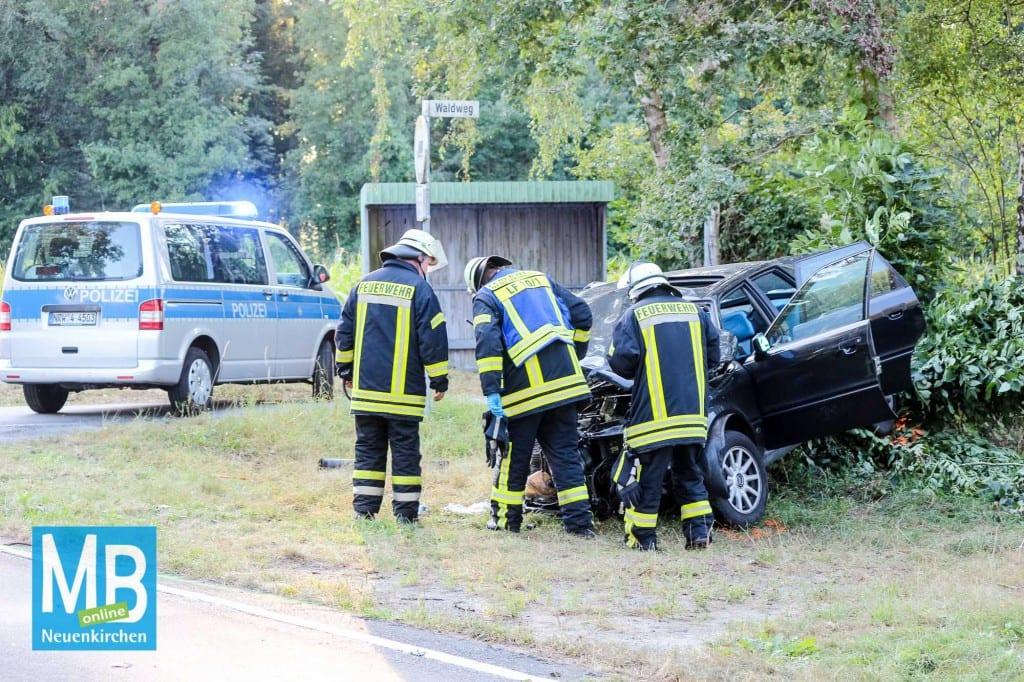 Bei einem Unfall auf dem Waldweg in Mesum an der Ortsgrenze zu Neuenkirchen wurden zwei Personen schwer verletzt. Mehrere Notärzte, die Feuerwehr Neuenkirchen sowie die beiden Rettungshubschrauber und Polizei waren im Einsatz. // Foto: Heuermann