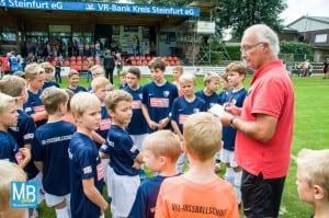 Der Leiter der Fußballschule Jürgen Holletzek mit den Fußballschülern. | Foto: Stefan Klausing