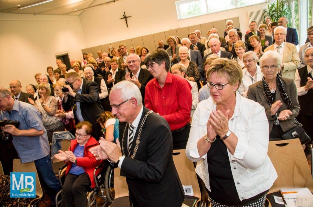 Beifall für die ausgezeichnete Ordensschwester.   Foto: Stefan Klausing
