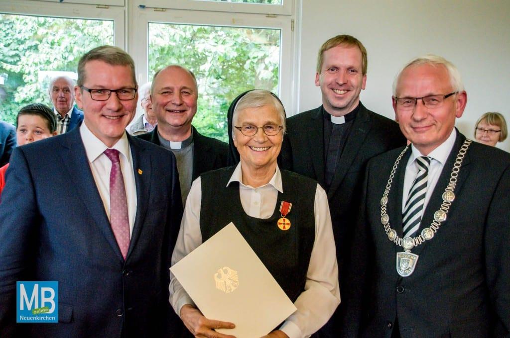 Landrat Dr. Klaus Effing, Probst Michael Langenfeld, Schwester Giselhild, Pastor Markus Thoms, Bürgermeister Franz Möllering (v.l.)   Foto: Stefan Klausing