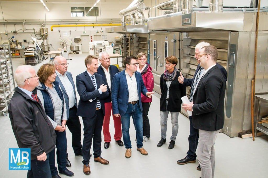 Jens Spahn (r.) hat zusammen mit der Ortsunion den Neubau der Bäckerei Triffterer an der Daimlerstraße besucht. | Foto: privat
