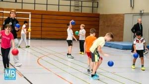 Sven Wesseling und Nick Steffen bringt den Viertklässlern das Handball-ABC näher. | Foto: privat