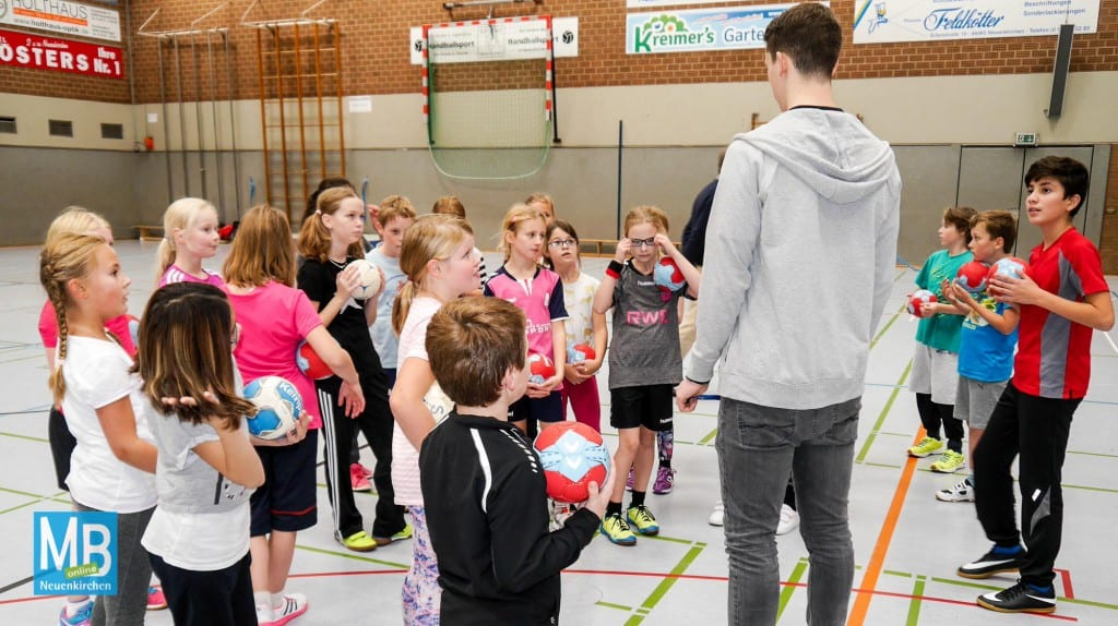 Sven Wesseling bringt den Viertklässlern das Handball-ABC näher. | Foto: privat