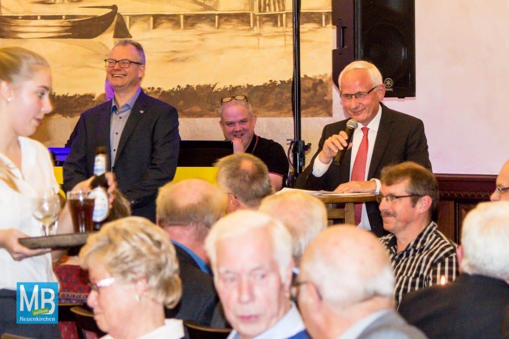 Wehrführer Ralf Stoltmann und Bürgermeister Franz Möllering (r.) begrüßten die Gäste. | Foto: Stefan Heuermann