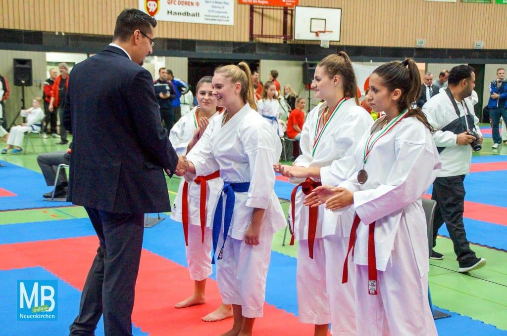 Laura Dreyer (3.v.r.) bei Siegerehrung zum 1. Platz in der Disziplin Kata. | Foto: privat